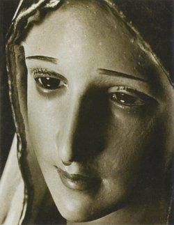Foto en blanco y negro durante la milagrosa lacrimación
